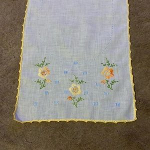 🎩5/$25- Vintage embroidered Table Runner